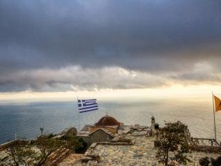 Πίσω από την Ελληνική σημαία το Αιγαίο πέλαγος