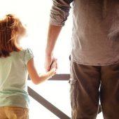 Το κύρος των γονέων:  Ένα βάθρο κάτω από τα πόδια τού παιδιού